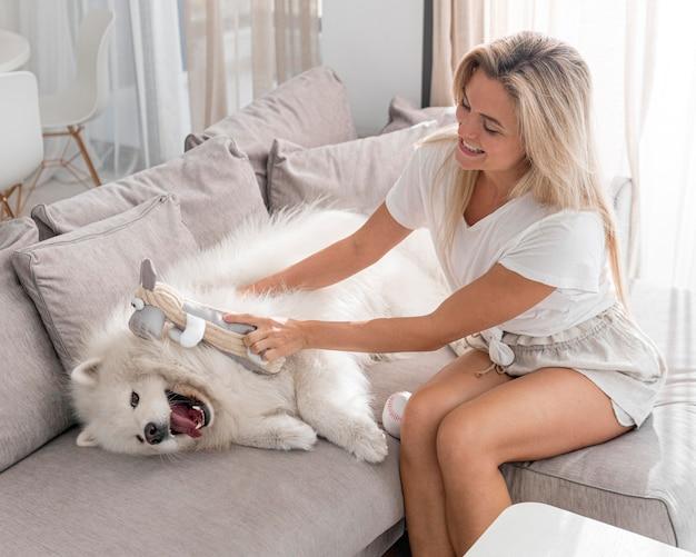 Вид спереди красивой женщины и собаки