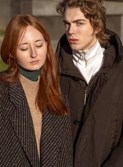 Вид спереди красивой женщины и красивого мужчины на открытом воздухе на солнце