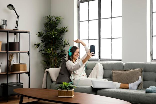 Вид спереди красивой женщины, занимающейся деятельностью в помещении
