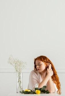 봄 꽃과 복사 공간으로 포즈를 취하는 아름 다운 여자의 전면보기
