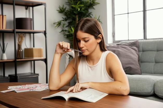 Вид спереди красивой женщины, читающей книгу