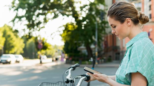 Вид спереди красивой женщины с велосипедом