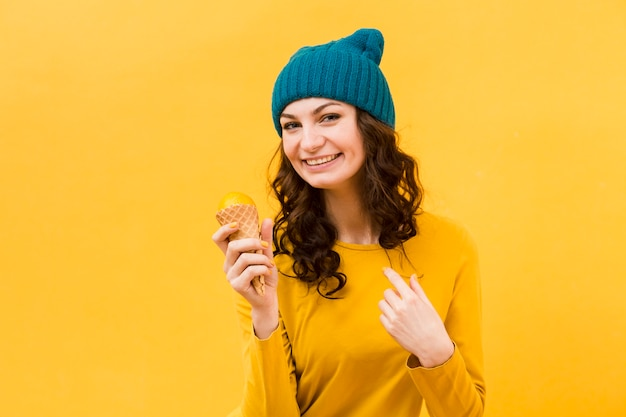 아이스크림을 가진 아름 다운 여자의 전면 모습