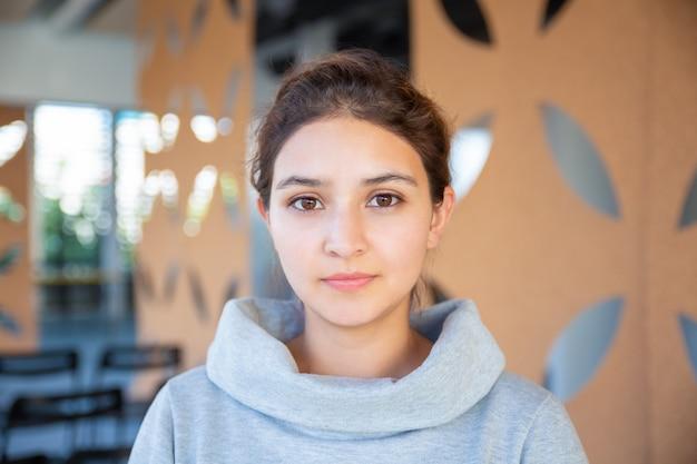 美しい若い女性の正面図
