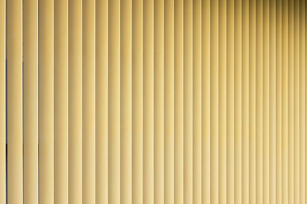 ベージュまたは金色の3dストライプの正面図。勾配のあるパターンのようなルーバーシャッター。