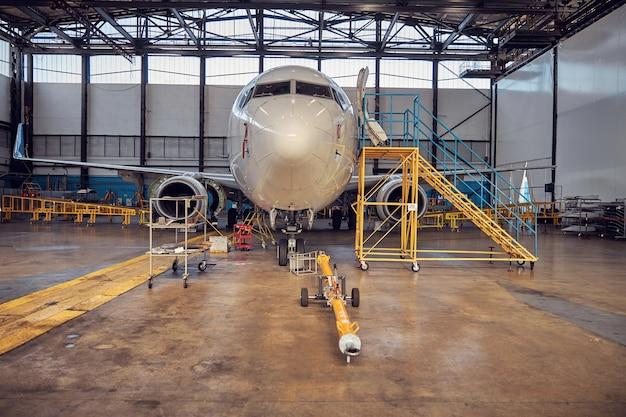 출발 전에 확인을 기다리는 동안 비행장에 서있는 큰 상업용 비행기의 전면보기