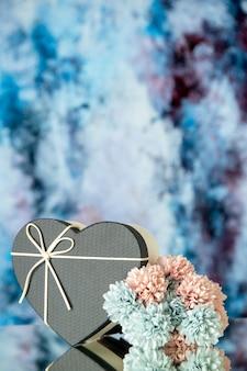 추상적 인 배경에 검은 심장 상자 색 꽃의 전면보기
