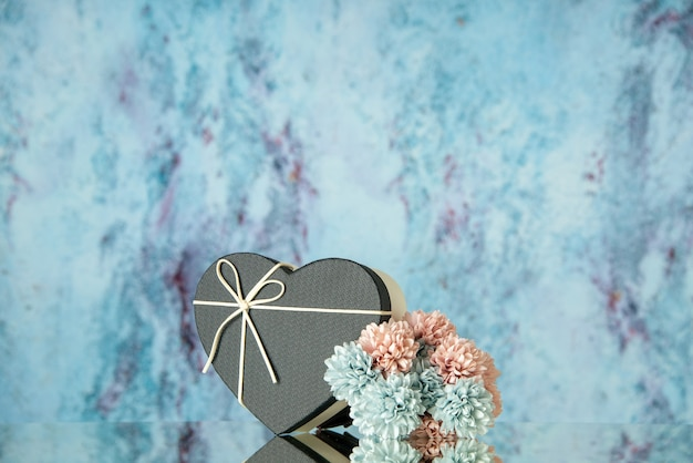 青で鏡に映る黒いハート型の箱色の花の正面図