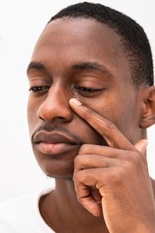 泣いている黒人男性の正面図