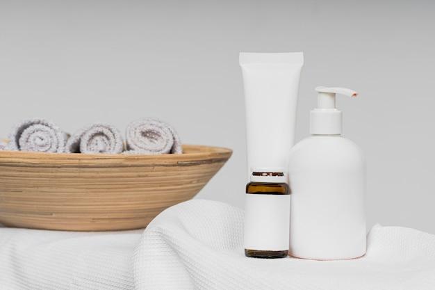 浴室の空白の化粧品容器の正面図
