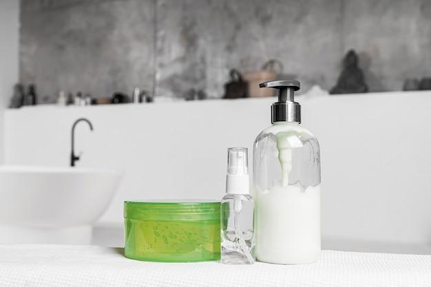 Вид спереди пустых контейнеров для косметических продуктов в ванной комнате