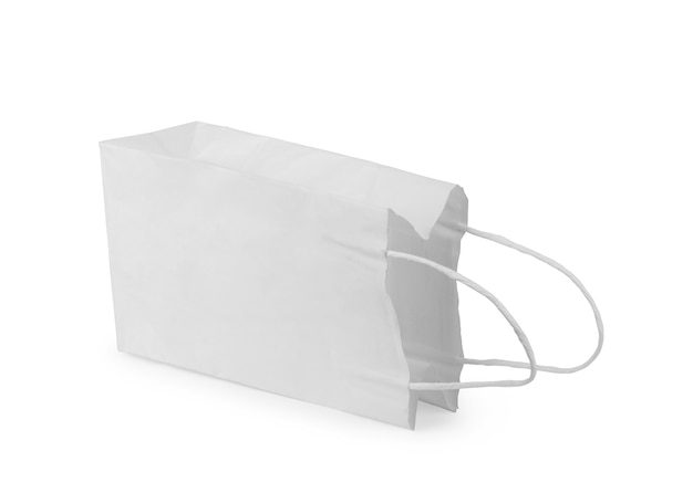 Вид спереди пустого пакета бумажных пакетов для закусок, изолированного на белом с обтравочным контуром