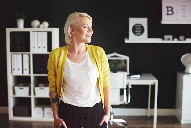 オフィスで金髪の女性の正面図