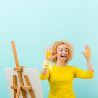 金髪の女性の絵画の正面図