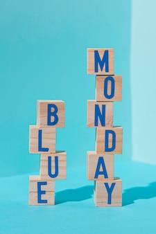큐브와 푸른 월요일 개념의 전면보기