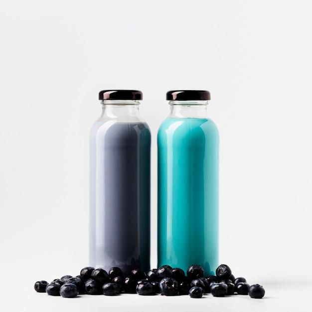 Вид спереди бутылки сока черники