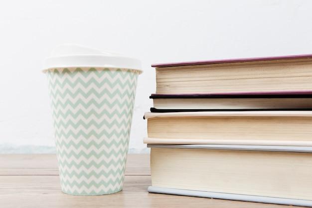 책 배열 및 컵의 전면 모습