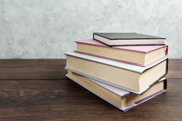 나무 테이블에 책 배열의 전면 모습