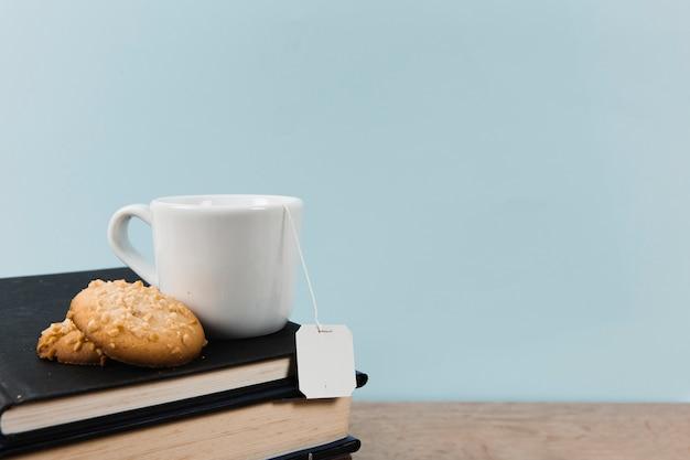 Вид спереди книг и чая с копией пространства