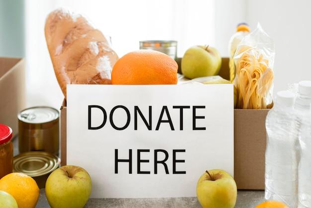 寄付のための食物と一緒に箱の正面図