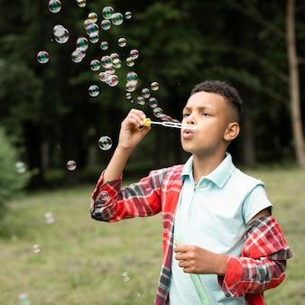 シャボン玉を作る少年の正面図