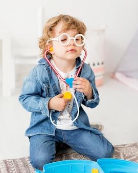 聴診器で遊んでいる少年の正面図