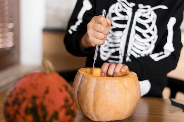 Вид спереди мальчика с концепцией тыквы