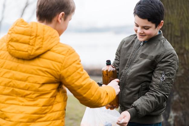 ビニール袋を持つ少年の正面図