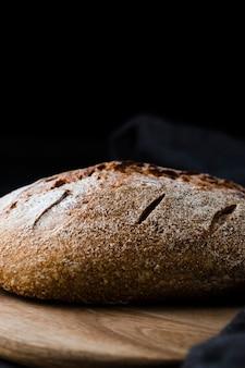 Вид спереди хлеба на измельчитель с черным фоном