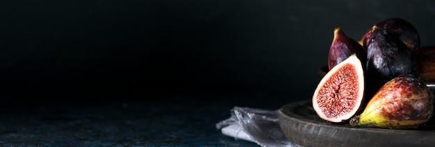 Вид спереди связки осеннего инжира на тарелке с копией пространства