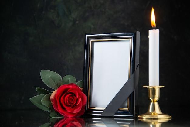 검은 색 표면에 붉은 꽃과 촛불을 굽기의 전면보기