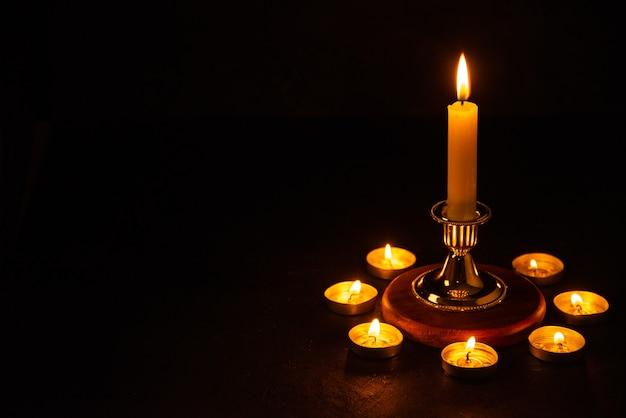 타락한 어두운 표면에 대한 기억으로 촛불을 굽기 전면보기