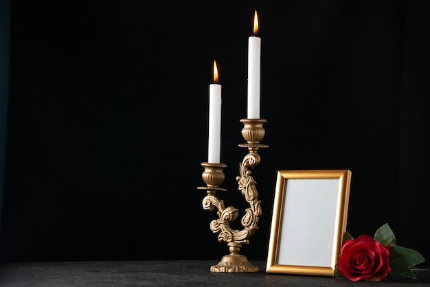 어두운 표면에 액자와 촛불을 굽기의 전면보기