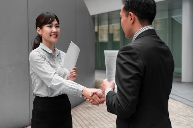 Вид спереди делового мужчины и женщины concep