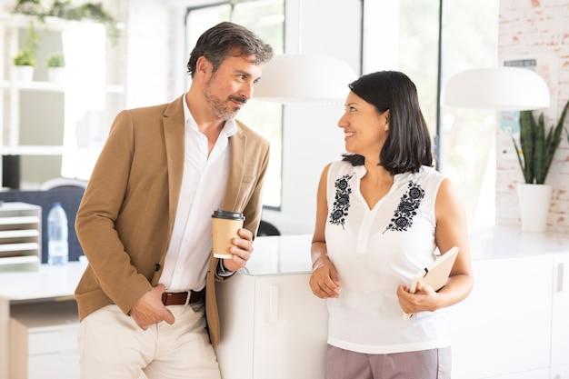 Вид спереди деловой мужчина и женщина