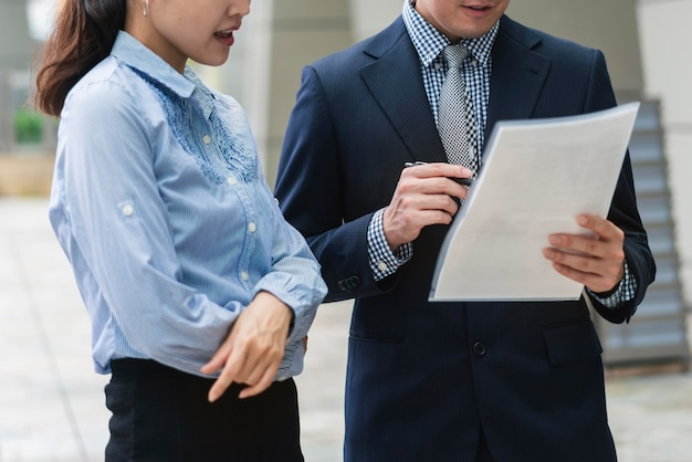 ビジネスの男性と女性の正面図