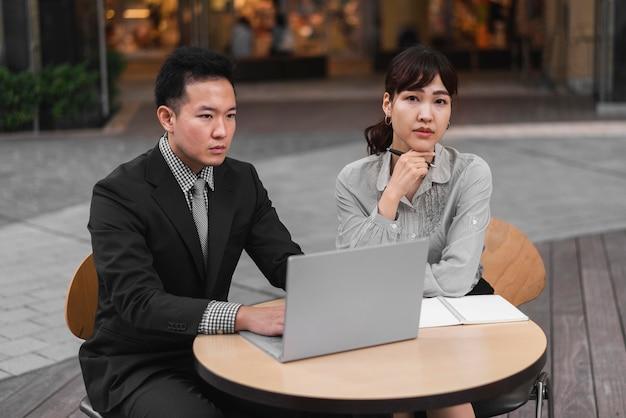 Вид спереди делового мужчины и женщины