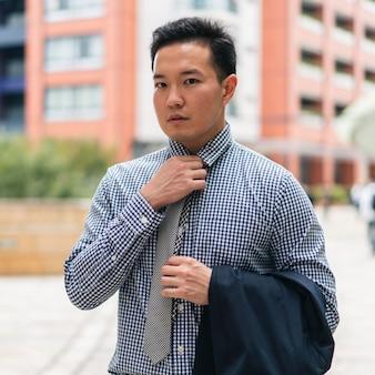 Вид спереди делового человека в костюме