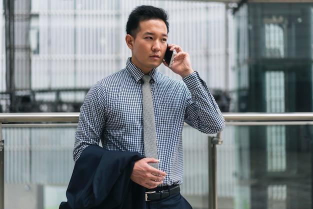 Вид спереди деловой человек разговаривает по телефону