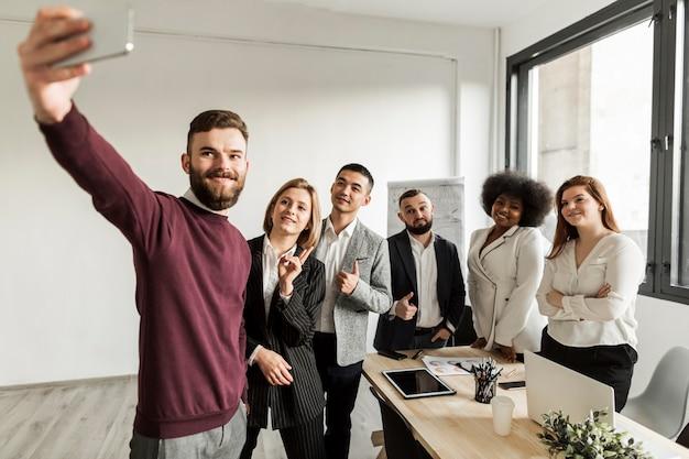 セルフィーを取るビジネス人々の正面図