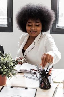 Вид спереди деловой женщины на стол