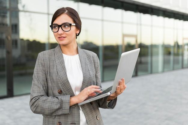 Вид спереди бизнес-леди, держащей смартфон