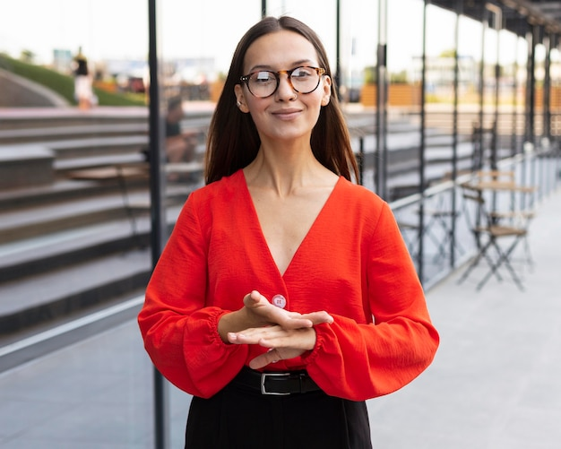 職場で屋外で手話を使用して実業家の正面図