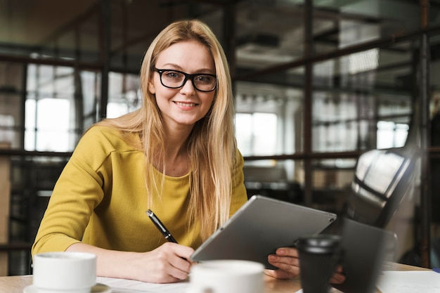 Вид спереди деловой женщины, работающей за столом