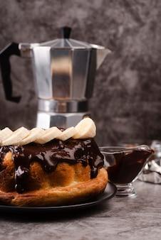 チョコレートのトッピングとケトルとケーキの正面図