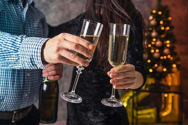 Вид спереди бокал шампанского приветствовать