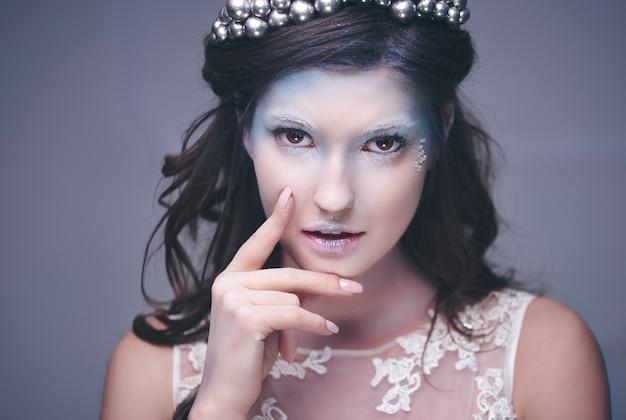 魅力的な氷の女王の正面図
