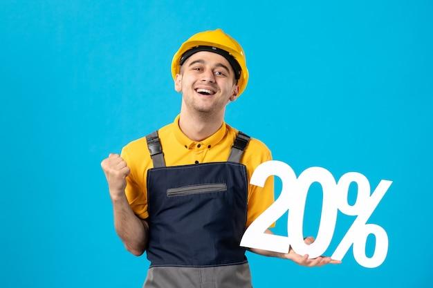 Вид спереди аплодирующего работника-мужчины в форме с надписью на синей поверхности