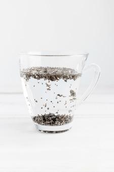 水とカップのチア種子の正面図