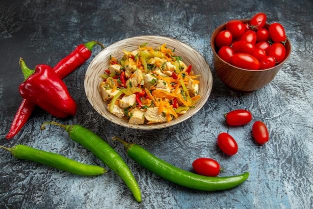 光の表面に新鮮な野菜とチキンサラダの正面図